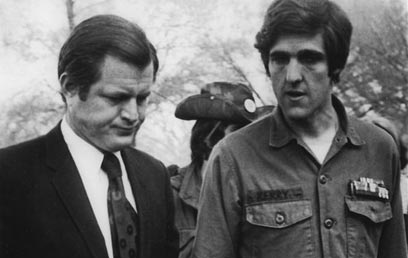 קרי הצעיר בימי מלחמת וייטנאם לצד הסנאטור טד קנדי (צילום: איי פי)