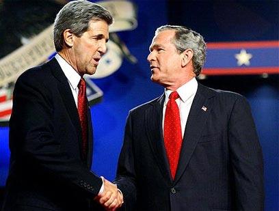 קרי ב-2004 עם ג'ורג' בוש הבן, שלו הפסיד במרוץ לנשיאות (צילום: איי פי)
