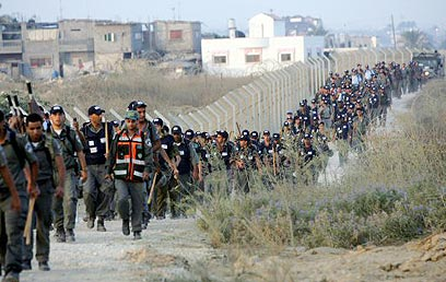 כוחות משטרה זורמים לכפר דרום, אוגוסט 2005 (צילום: איי אף פי)