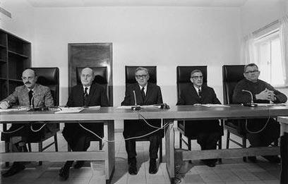 """חברי ועדת אגרנט במושב הפתיחה. משמאל לימין: יגאל ידין, משה לנדוי, שמעון אגרנט, יצחק נבנצל וחיים לסקוב (צילום: יעקב סער, לע""""מ)"""