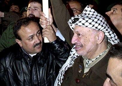 ערפאת עם פעיל הטרור מרוואן ברגותי בשנת 2001 (צילום: איי פי)