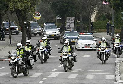 מתחילים בניידת משטרה. השיירה של הנשיא בוש בביקור האחרון (צילום: רויטרס)