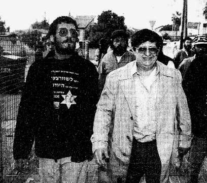 משולם וחסידיו עוזבים את ביתו ביהוד, 1994  (צילום: אורן אגמון)