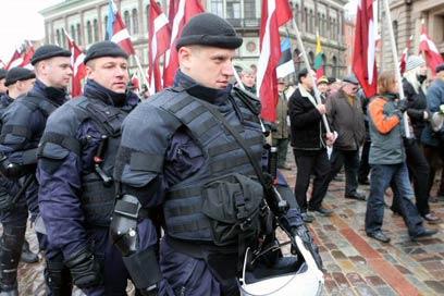 """תהלוכת אנשי אס.אס. בריגה. """"כמו לחגוג רצח המונים"""" (צילום: AFP)"""