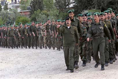 שוטרים פלסטינים. המשכורות יגיעו, למרות הכל (צילום: AP)