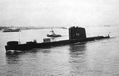 """הצוללת דקר לפני צאתה להפלגה מנמל פורטסמות', אוגוסט 1967 (צילום: לע""""מ)"""