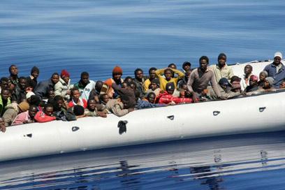 מהגרים עושים דרכם בים לעבר חופי איטליה (צילום: AFP)