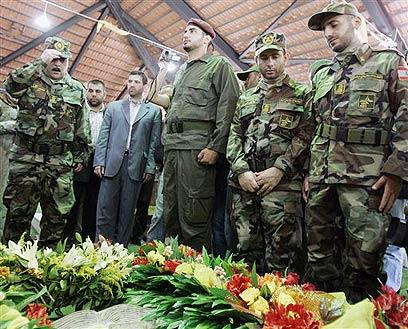 סמיר קונטאר פוקד את קבר מורנייה (צילום: AP)