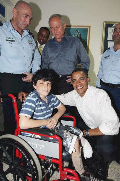 אובמה ביולי 2008 בשדרות, עם אושר טויטו שנפצע מקסאם (צילום: גדי קבלו)