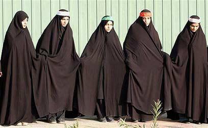 נשים איראניות מכוסות כמעט לגמרי (צילום: איי פי)