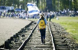 Israeli youth in Auschwitz (Photo: Reuters)