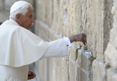 פתק בינלאומי בכותל. האפיפיור בנדיקטוס ה-16 (צילום: AFP)