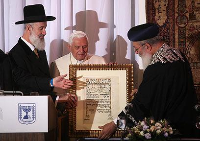 """""""מקווים כי היחסים הטובים יימשכו גם בעתיד"""". הרבנים הראשיים והאפיפיור (צילום: גיל יוחנן)"""