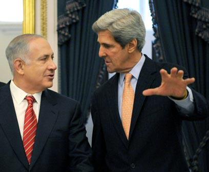 קרי עם נתניהו בעשור הקודם (צילום: AFP)