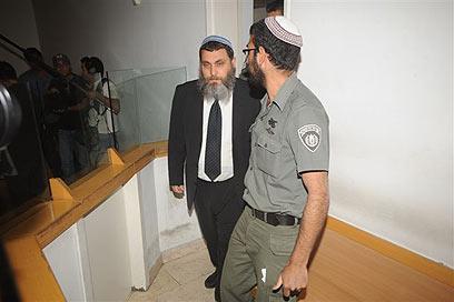 הרב ניר בן-ארצי בבית המשפט (צילום: הרצל יוסף)