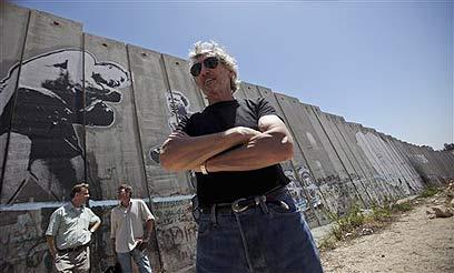 רוג'ר ווטרס בגדר ההפרדה (צילום: AP)
