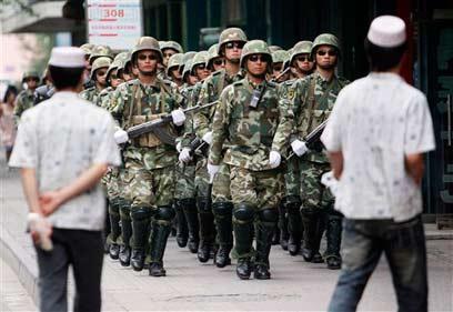שוטרים בחבל שינג'יאנג. ארכיון (צילום: AP)