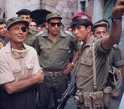 רחבעם זאבי עם משה דיין בסיור בחברון ב-1969 (צילום: דוד רובינגר)