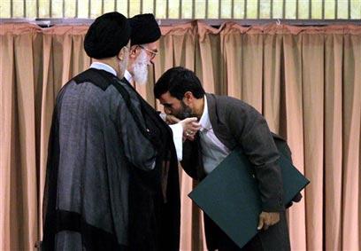אחמדינג'אד מנשק את ידו של חמינאי, אוגוסט 2005 (צילום: AP)