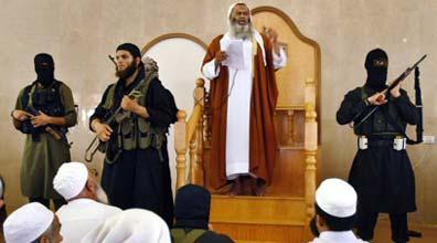 המטיף עבד אל-לטיף מוסא עם שומרי ראשו (צילום: רויטרס)