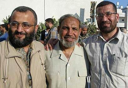 אחמד ג'עברי (מימין) עם מחמוד א-זהאר (במרכז)