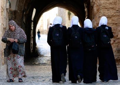 """""""קשיי אכיפה"""" במגזר הערבי. הנשים חוששות להתלונן מחשש לפיטורים (צילום: רויטרס)"""