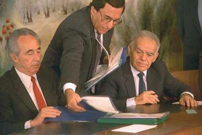 """יצחק שמיר ושמעון פרס חותמים על הסכם האחדות ב-1988 (צילום: מגי איילון, לע""""מ)"""