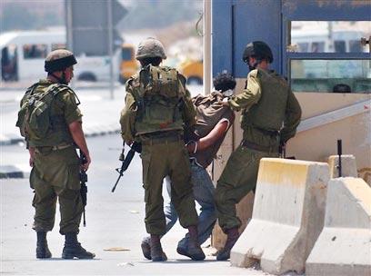 מעצר פלסטיני במחסום חווארה בשכם. ארכיון (צילום: איי פי)