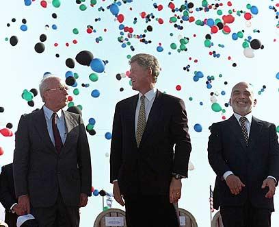 רבין, קלינטון והמלך חוסיין בעת חתימת הסכם השלום עם ירדן (צילום: איי פי)