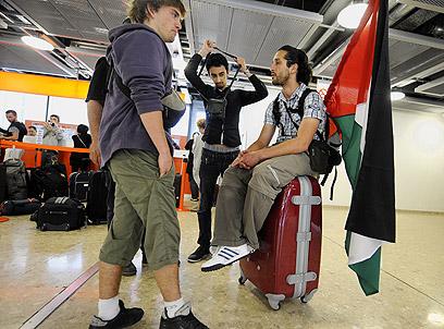 פעילים פרו-פלסטינים בנמל התעופה בז'נווה בשנה שעברה (צילום: AFP)
