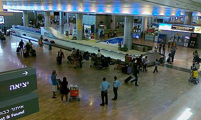 שדה התעופה בן גוריון. החתמה בשירותים (צילום: יואב זיתון )