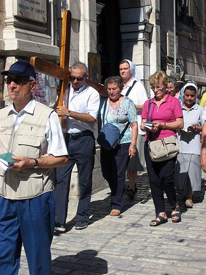 58% מהתיירות השנה היתה נוצרית. צליינים בוויה דולורוזה (צילום: זיו ריינשטיין)