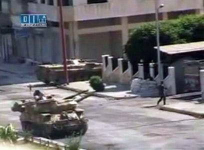 """""""מימנו את הסרט: ארה""""ב וישראל"""". טנק סורי בעיר חמה (צילום: רויטרס)"""