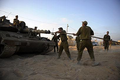 טנקים בדרום. לפני פעולה? (צילום: AFP)