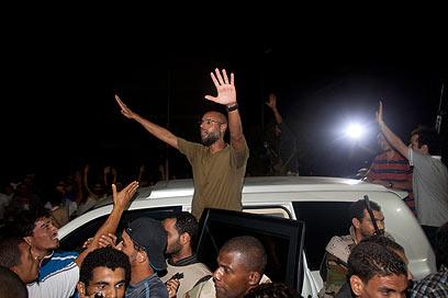 סייף אל-איסלאם ברחובות טריפולי. בדיווח נשמע רק קולו המוקלט (צילום: AP)