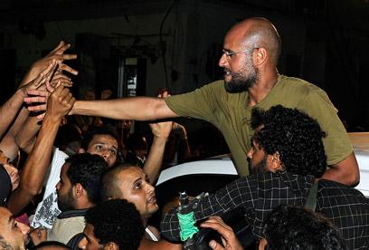 סייף אל-איסלאם קדאפי עם תומכיו באזור טריפולי (צילום: רויטרס)