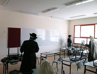 החרדים בבית הספר, הבוקר (צילום: מתתיהו פרומוביץ, חדש בבית שמש)