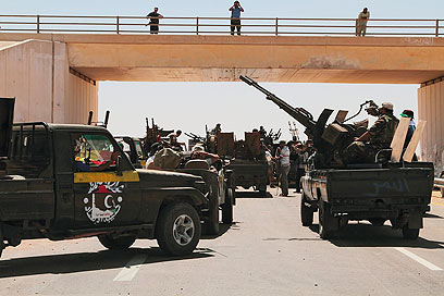 כוחות המורדים בדרך לסירט, עיר הולדתו של קדאפי (צילום: AP)