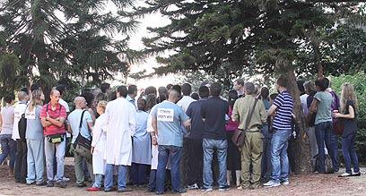 """אסיפת המתמחים המתפטרים ליד בית החולים """"מאיר"""" (צילום: עידו ארז)"""