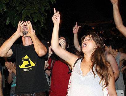 דפני ליף ופעילים אחרים מפגינים הערב מול בית חולדאי (צילום: אלי אלגרט)