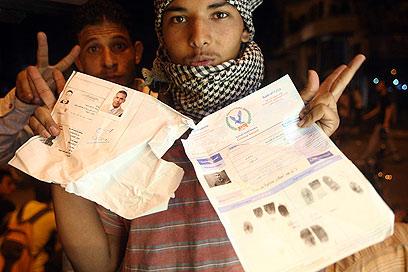 מסמכים בידי הפורעים (צילום: AP)