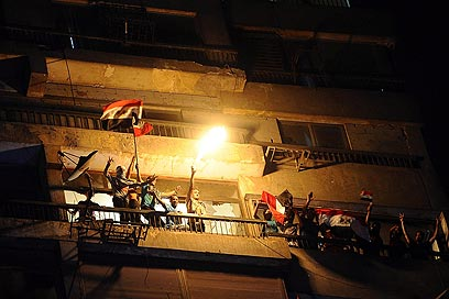 """המצרים בשגרירות. """"ישראל מפחד שהשנאה תשפיע על השלטונות"""" (צילום: EPA)"""