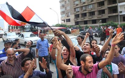 """מפגינים ליד שגרירות ישראל בקהיר. """"זו חופשה, לא גירוש"""" (צילום: AP)"""