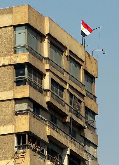 שגרירות ישראל בקהיר בעת המהומות אשתקד (צילום: רויטרס)