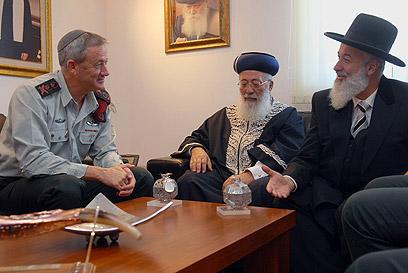 """הרמטכ""""ל גנץ עם הרבנים הראשיים עמאר ומצגר (צילום: דובר צה""""ל)"""