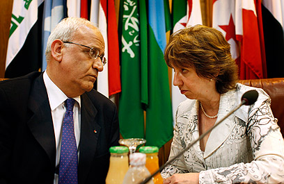 EU's Ashton with Saeb Erekat (Photo: AP)