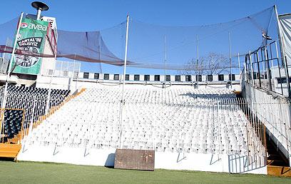 """ה'כלוב' באצטדיון 'אינונו'. """"יש שנאה כלפי ישראל"""" (צילום: ראובן שוורץ)"""