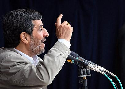 אחמדינג'אד בפעולה. האמריקנים יזנחו אותנו אחרי משאל עם? (צילום: AFP PHOTO/IRANIAN PRESIDENT'S OFFICE/HO )