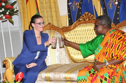השגרירה בר לי עם הנשיא הגנאי. גם ישו פועל לטובתנו