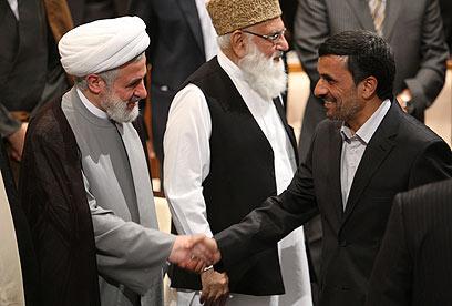 עם אחמדינג'אד בטהרן (צילום: AP)